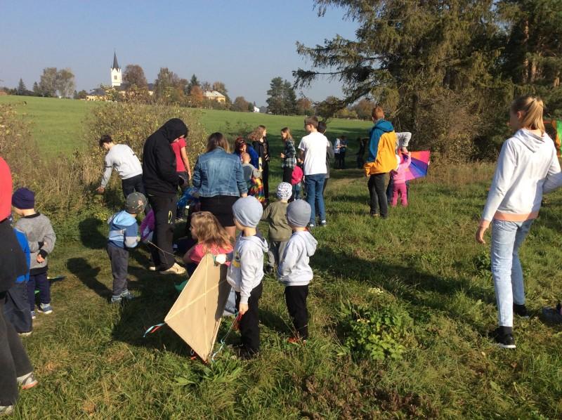 Pouštění draků s dětmi mateřské školy