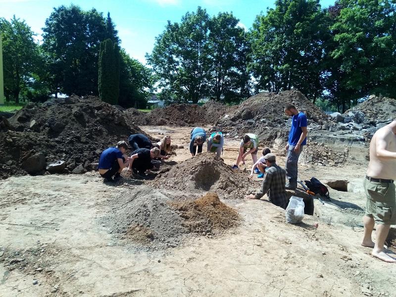 Mladí archeologové z řad našich žáků